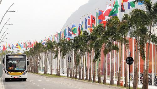 ヤシの木が並ぶ選手村の道路を走る循環バス=2016年8月2日、ブラジル・リオデジャネイロ、西畑志朗撮影