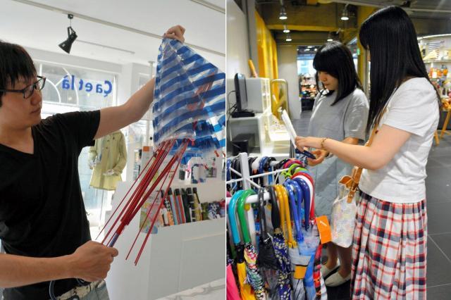 サエラ社のビニール傘は、簡単に張り替えができるのが特徴(左)、渋谷ロフトのビニール傘売り場で品定めをする客