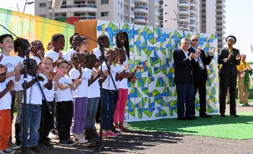 難民の子供たち(左)を招待して、休戦の碑のテープカットが行われた=2016年8月1日、ブラジル・リオデジャネイロ、諫山卓弥撮影