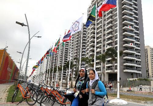 選手村では近代的なマンションの前に各国の国旗が並ぶ。右端は日本が入居する棟=2016年8月2日、ブラジル・リオデジャネイロ、西畑志朗撮影
