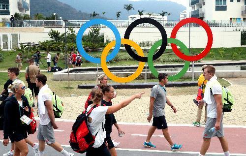 選手村内に掲示された五輪マーク=2016年8月2日、ブラジル・リオデジャネイロ、西畑志朗撮影