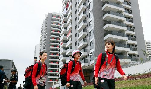高層の宿泊棟が31棟並ぶ選手村。手前は宿泊棟に戻るアーチェリー日本代表の選手たち=2016年8月2日、ブラジル・リオデジャネイロ、西畑志朗撮影