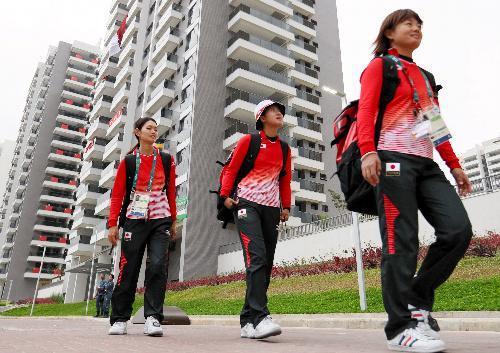 練習を終えて選手村の日本が入る棟に戻るアーチェリー日本代表の選手たち=2016年8月2日、ブラジル・リオデジャネイロ、西畑志朗撮影