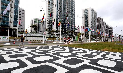 各国の国旗が並ぶ選手村=2016年8月2日、ブラジル・リオデジャネイロ、西畑志朗撮影