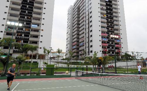 選手村のテニスコートでサッカーを楽しむ関係者=2016年8月2日、ブラジル・リオデジャネイロ、西畑志朗撮影