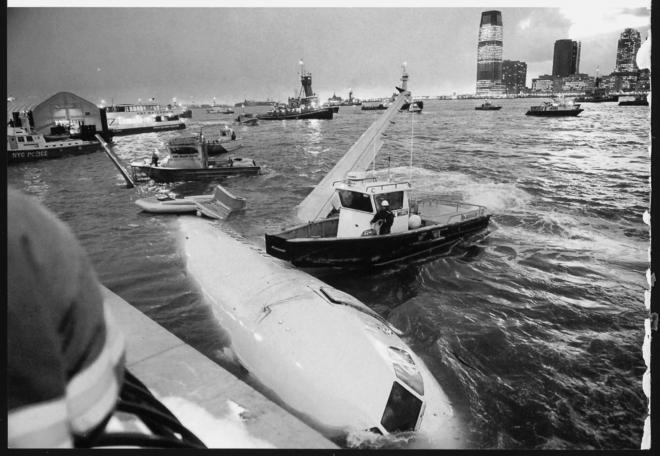 救出直後、ハドソン川に沈み始めるUSエアウェイズ1549便