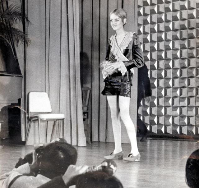ミニスカートで記者会見にあらわれたモデルのツィッギー=1967年10月19日
