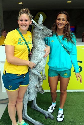 オーストラリア代表の棟の共用スペースに置いてあるカンガルーの置物を抱いて笑顔を見せる選手たち=2016年8月2日、ブラジル・リオデジャネイロ、西畑志朗撮影