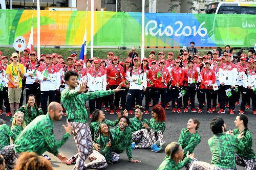 日本選手団の入村式では、歓迎のパフォーマンスも披露された=2016年8月2日、ブラジル・リオデジャネイロ、諫山卓弥撮影