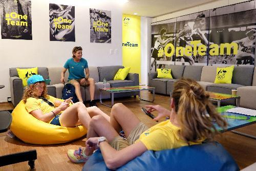 オーストラリア代表の棟の共用スペースに設けられたラウンジでくつろぐ選手たち=2016年8月2日、ブラジル・リオデジャネイロ、西畑志朗撮影
