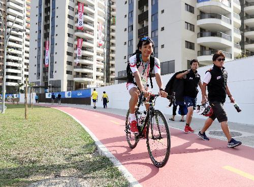 選手村の自転車道を走る日本代表選手=2016年8月2日、ブラジル・リオデジャネイロ、西畑志朗撮影