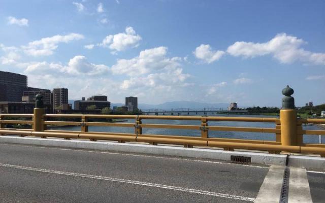 池田教授と学生たちが歩いた陸路にある「瀬田の唐橋」。写真奥に琵琶湖が広がる。