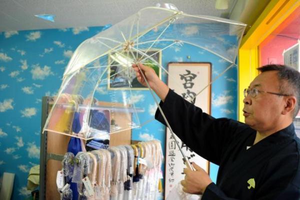 国産の技を守り続けたホワイトローズ社のビニール傘
