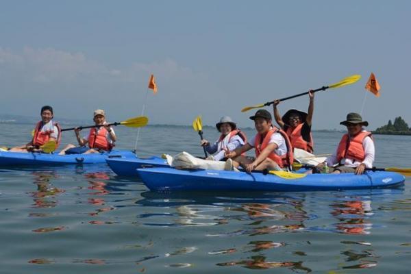 「急がば回れ」の水路実験。湖上で記念撮影