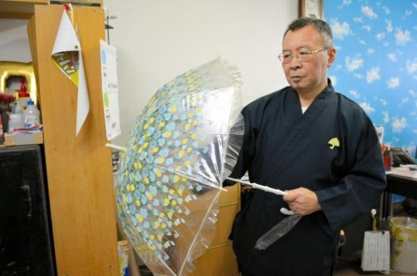 「ホワイトローズ」がかつて販売していたミニスカートに似合うようにデザインされたビニール傘