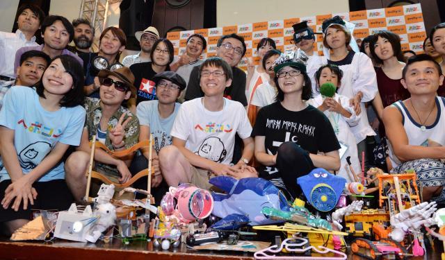 記念撮影を行うヘボコン出場者たち=東京都江東区、瀬戸口翼撮影