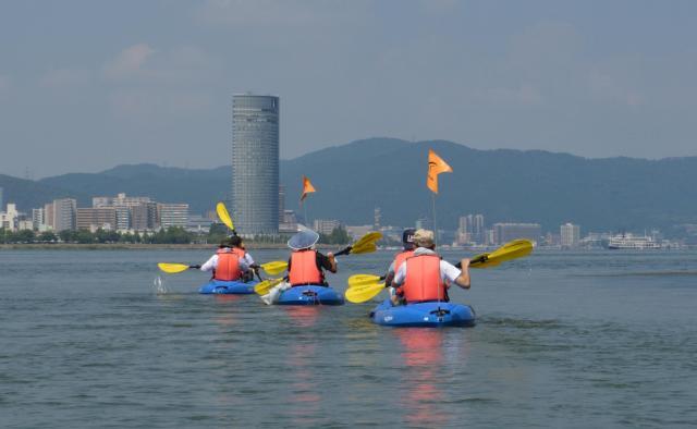 奥に見えるタワーが「びわ湖大津プリンスホテル」。タワーを目指して、琵琶湖を横断する。