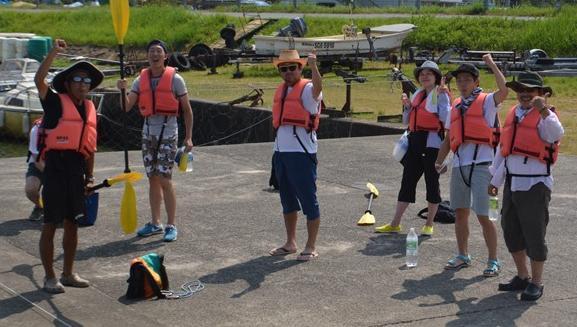 水路実験に参加した面々。中央が池田教授。