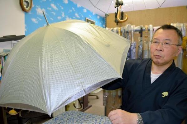 ホワイトローズで一番最初に開発されたビニール傘の復刻版。当初は、布傘の上にかぶせるカバーだった