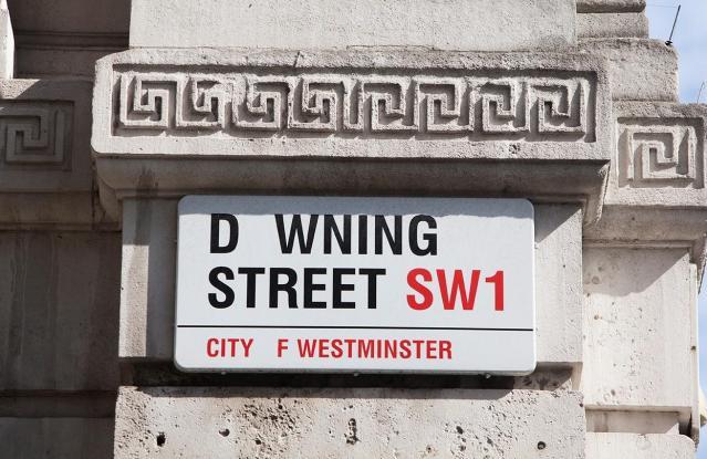 昨年のキャンペーン時、「O」の文字が消えた英国ロンドンのダウニング・ストリート(Downing Street)の看板=2015年