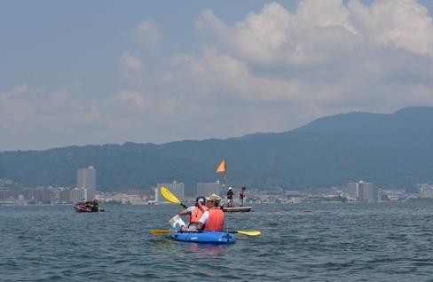 湖上から大津方面を眺める。湖面は穏やかで、釣り客の姿も。右奥が比叡山。「比叡おろし」はここから吹き下ろす風。