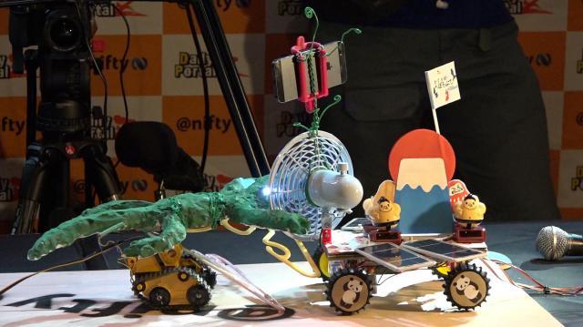 ヘボコン・ワールドチャンピオンシップ2016の1回戦試合。数々の奇抜なロボットたちが相撲を取る=東京都江東区、瀬戸口翼撮影