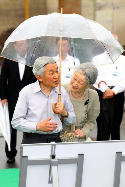 ビニール傘に入って視察する天皇、皇后両陛下=2013年7月5日、岩手県大船渡市