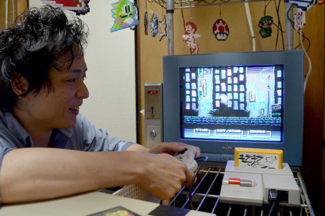 自作ソフトを、仕事部屋でプレーするRIKIさん