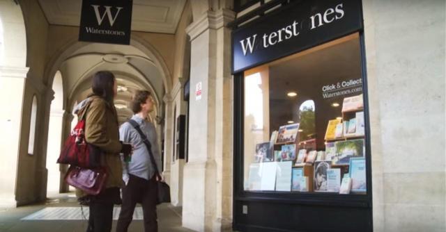 英国の大手書店「ウォーターストーンズ」(Waterstones)の看板からも「A」「O」の文字が消えた=2015年、YouTubeから