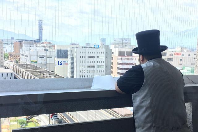 衣装のままたそがれる髭男爵の山田ルイ53世さん