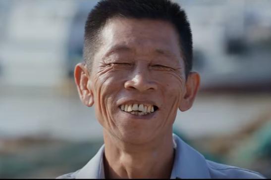 台風が過ぎた後、笑顔を見せた漁村の幹部