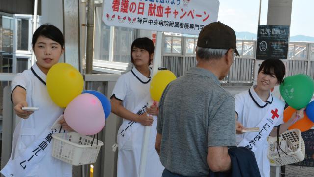 献血への協力を呼びかける学生たち=2016年5月、兵庫県西宮市