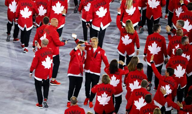 カナダの選手団のスーツは後ろ姿もオシャレ=ロイター