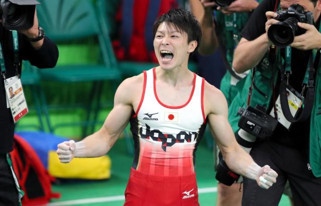 体操男子個人総合で優勝が決まり、ガッツポーズで叫ぶ内村航平=10日、林敏行撮影