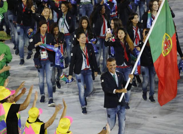 ドン小西さんが「まねてほしい」というジーンズ姿のポルトガル選手団=ロイター