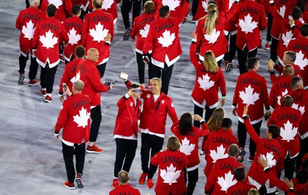 カナダの選手団。背中には国旗でおなじみのメイプルリーフが=ロイター