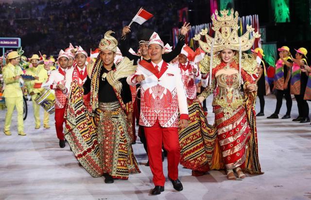 インドネシア選手団。伝統衣装が目を引いた=ロイター