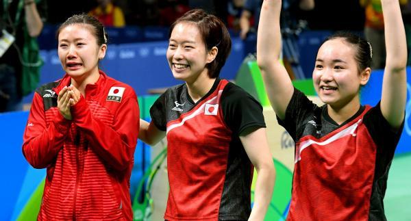 卓球女子団体で銅メダルを獲得した(左から)福原愛、石川佳純、伊藤美誠=16日、竹花徹朗撮影