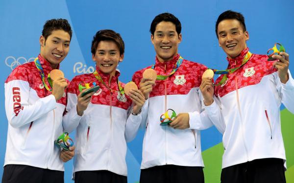 公式スポーツウェアで表彰式にのぞんだ競泳男子800メートルリレーの選手たち=10日、西畑志朗撮影