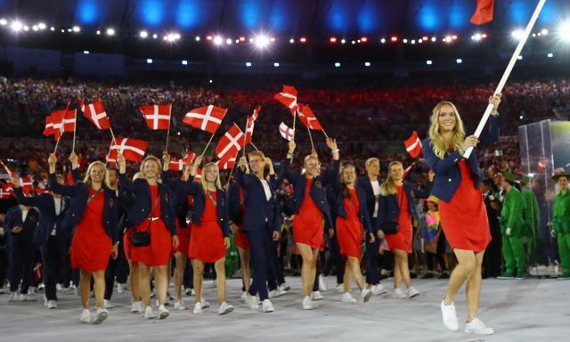 開会式でのデンマークの選手団=ロイター