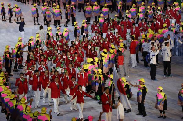 開会式で入場行進する日本選手団=5日、林敏行撮影