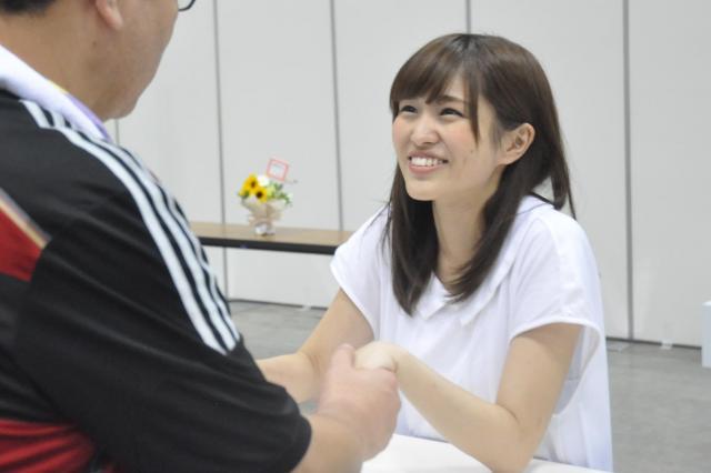 ファンと握手する伊藤さん=6月、横浜市