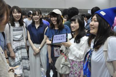 衛藤美彩さんのレーンに女性同士で並ぶため、集まる女性ファン=6月、横浜市