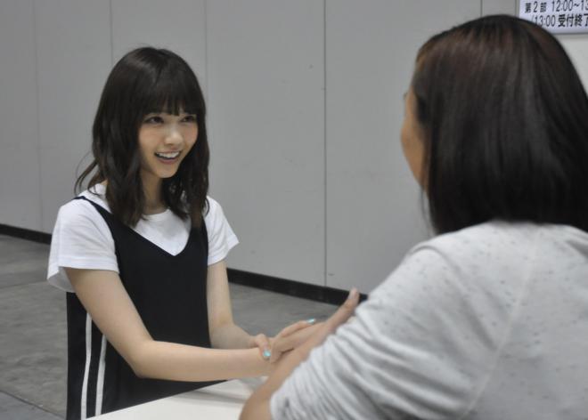 女性ファンと握手する乃木坂46の西野七瀬さん(左)=6月、横浜市