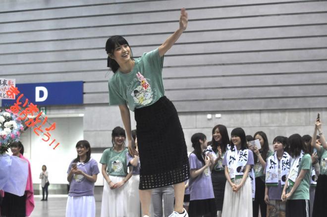 自身の卒業セレモニーで、ファンに向けて手を振る元乃木坂46の深川麻衣さん=6月、横浜市