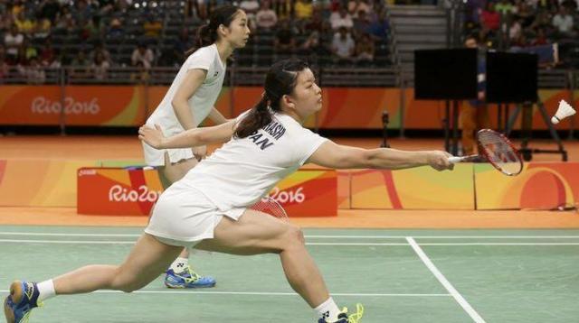 女子ダブルス決勝、デンマークペアを破った高橋礼華(右)、松友美佐紀組=ロイター