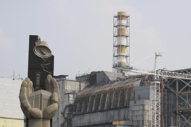 チェルノブイリ原発4号機と、その前に建つ事故のモニュメント=水野梓撮影