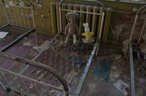 廃虚になった幼稚園の内部。人形が置かれていた=水野梓撮影