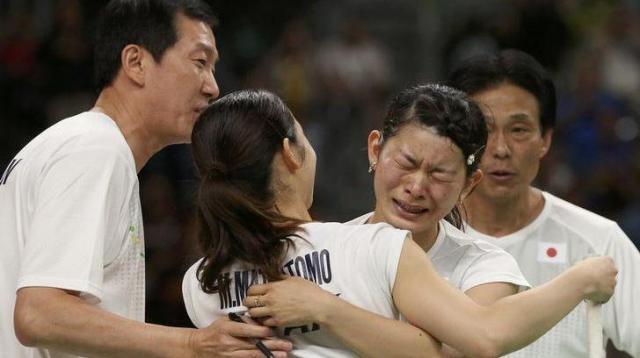 女子ダブルスで優勝し、コーチと喜ぶ「タカマツ」ペア=ロイター
