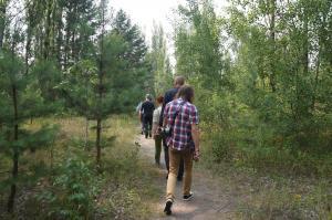 プリピャチ市内を歩く。まるで森の中を歩いているようだった=水野梓撮影